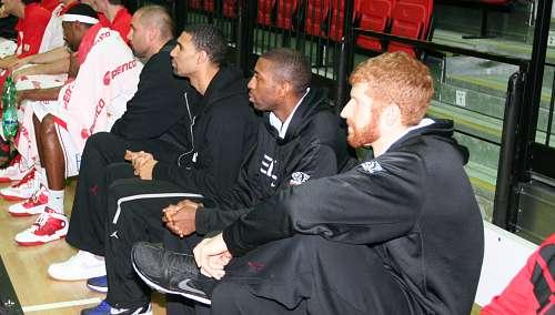 Sedící hráči při utkání s USK