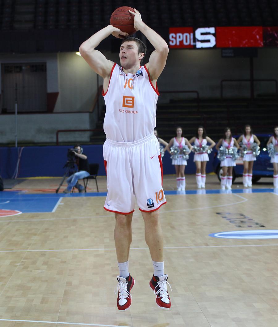 Pavel Houška v utkání se Spirou Charleroi